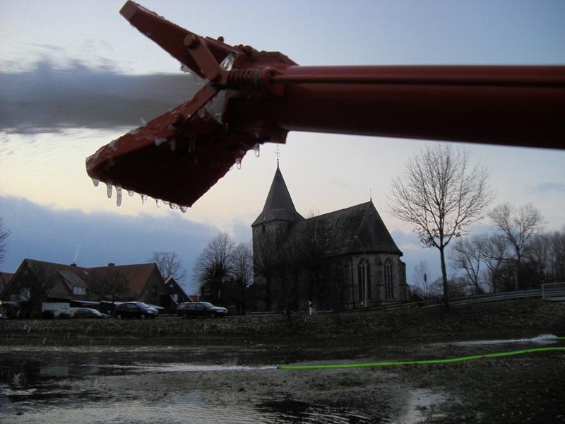 Wasserwerfer vor der Kirche